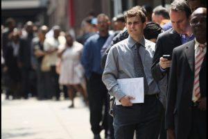 Rad ľudí čakajúci na prácu